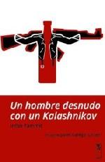 Un hombre desnudo con un Kalashnikov